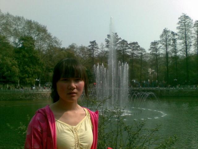 喷泉旁的同学