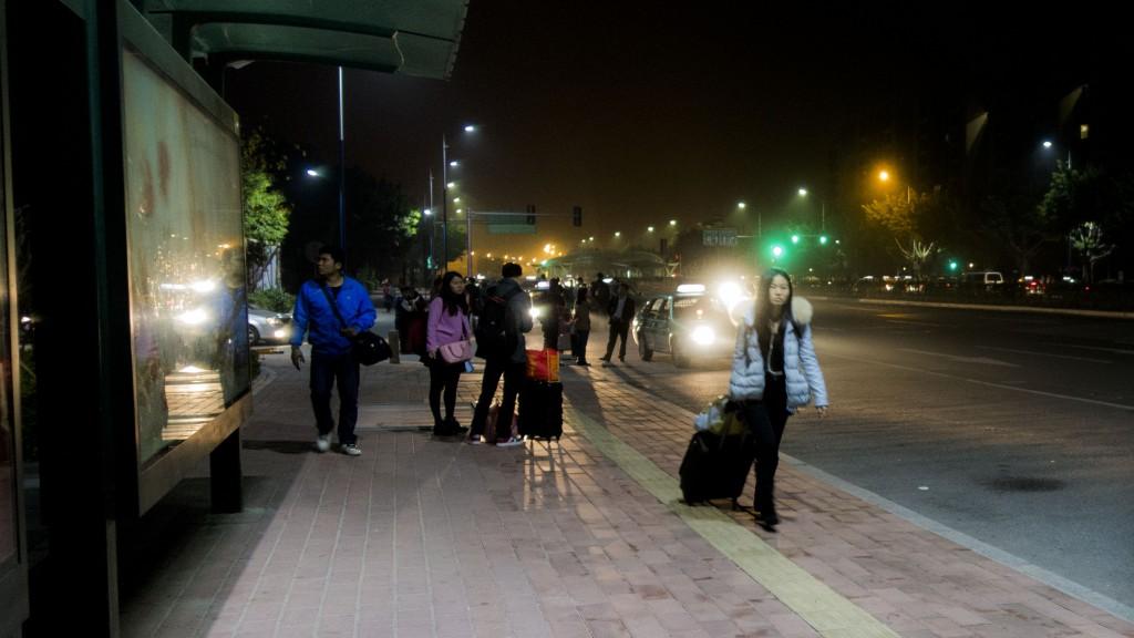 午夜之后的公交站