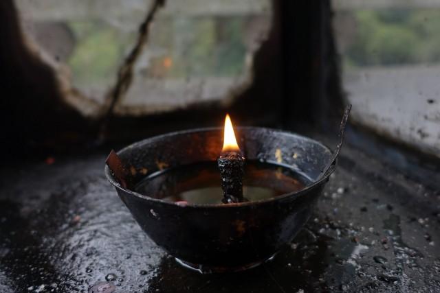 庙堂下的一盏油灯