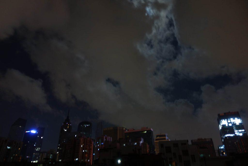 云层将月亮遮挡