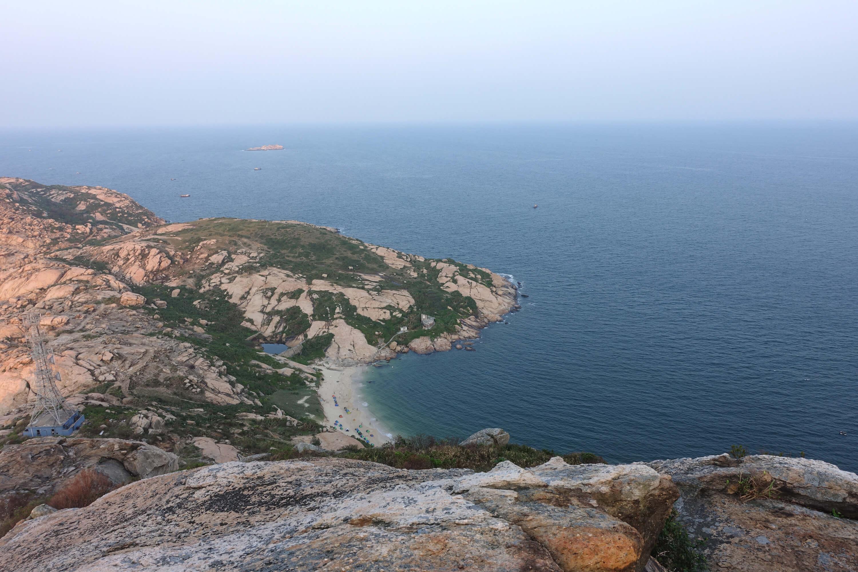 从山腰俯瞰庙湾岛的沙滩