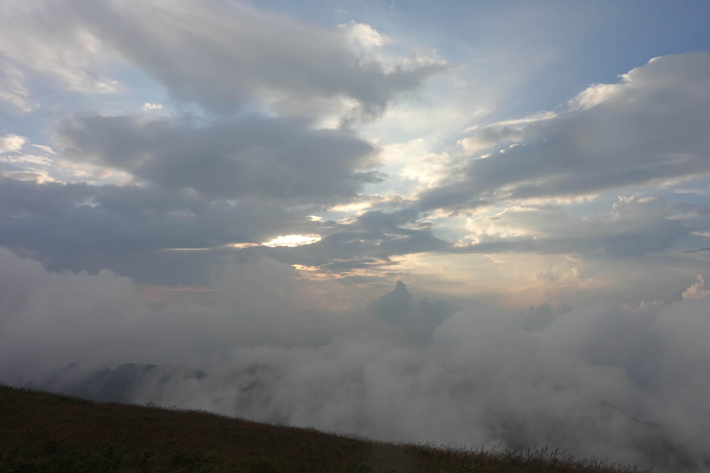 船底顶雨后初晴的云海